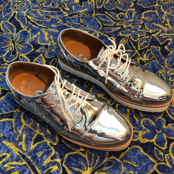 CHINESE LAUNDRY Holographic Silver Shoes 10